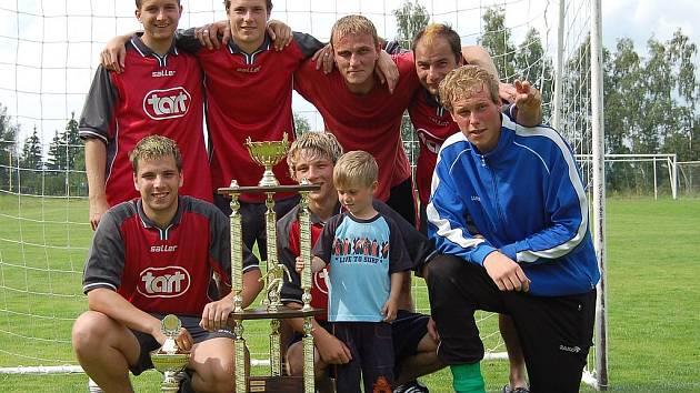Vítězný tým Torpedo Bukovany s vítěznou trofejí