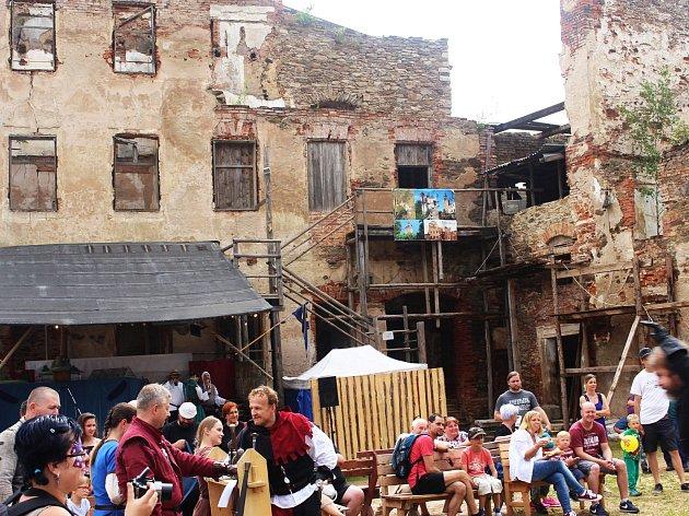 Minulý týden pořádali na Hartenbergu Hradní slavnosti (na snímku), zábavný program je pro návštěvníky připraven i tuto sobotu.