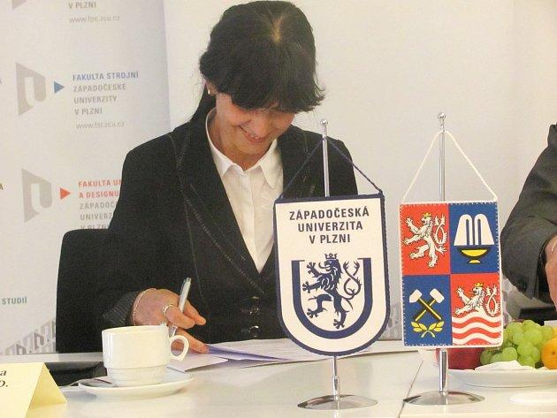 REKTORKA ZČU Ilona Mauritzová podepisuje smlouvu.