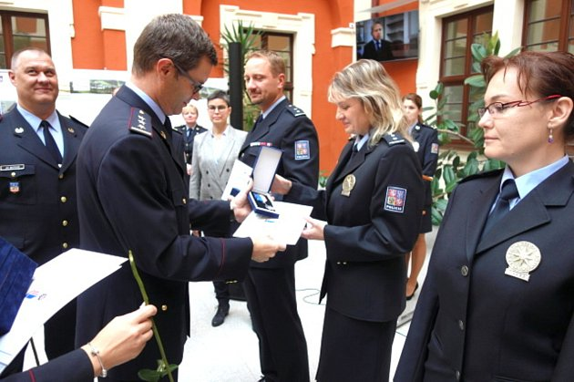 Policie vkraji rozšířila své řady odvaačtyřicet nových tváří, a to slavnostně vOstrově.