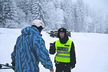 POLICISTÉ v Krušných horách kontrolovali, zda se návštěvníci nepohybují na tratích pod vlivem alkoholu nebo drog.