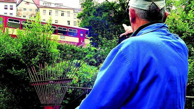 MÍSTNÍ ZAHRÁDKÁŘ ukazuje na projíždějící loketský vlak, který jezdí z nádraží Loket do zastávky Loket – předměstí. Tak krátký úsek je podle vedení města prodělečný.