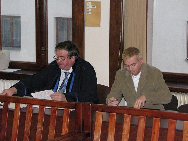 Petr Vaníček (vpravo), u sokolovského soudu