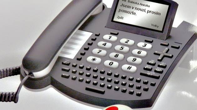 Náramek s tlačítkem nouze a telefon