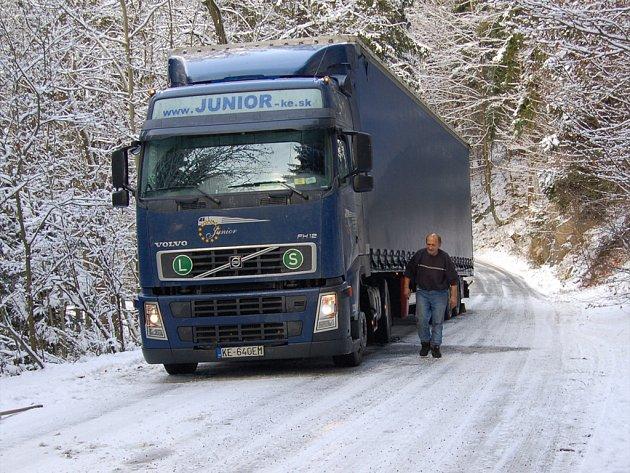 Zapadlý kamion ve čtvrtek dopoledne komplikoval dopravu mezi Sokolovem a Vítkovem.