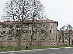 Panelové domy nad sokolovským kinem Alfa chce město koupit zpět od soukromého majitele, kterému je před lety prodalo.