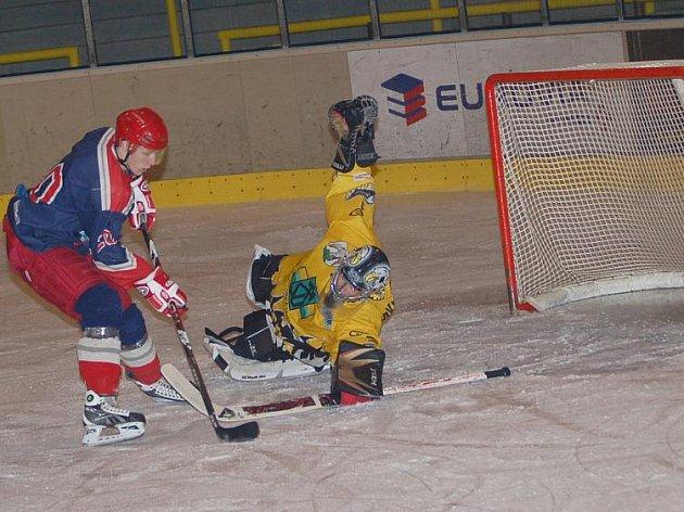I. liga juniorů: HC Baník Sokolov (ve žluto - černé kombinaci) - HC Letci Letňany