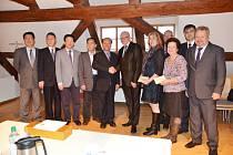 NÁVŠTĚVA Z PEKINGU proběhla v Kynšperku na oplátku loňského výjezdu delegace z Karlovarského kraje. Spolupráce by měla přivést do regionu čínské turisty