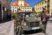 Příjezd vojenského džípu.