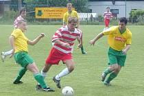 V krajskémpřeboru se hrálo derby mei Novým Sedlem a Chodovem. Nečekaně jasně nakonec vyhráli domácí.