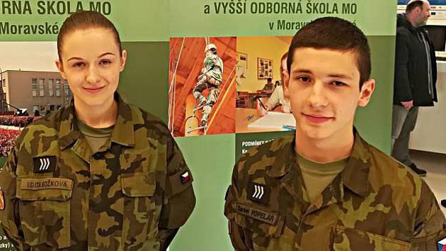 Stánek armády na Dni otevřených dveří sokolovské integrované školy