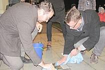 Čištění stolpersteinů se v Chodově chopili starosta Patrik Pizinger (vlevo) a místostarosta Luděk Soukup.