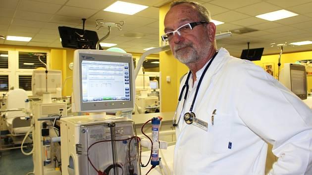 Dialyzační středisko v Sokolově je jedním ze tří v Karlovarském kraji, vede ho primář Jiří Vlasák.