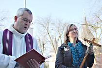 Sokolovský farář Petr Bauchner novému hospici ve středu požehnal. Spolu s ním je na snímku ředitelka Střípků Kateřina Trnková
