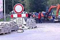DO OPRAV SILNICE a chodníků na sídlišti Sever se pustilo město Kraslice. Dočkají se i další komunikace.
