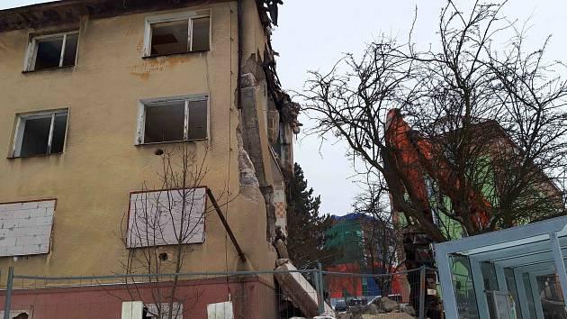Na vybydlené domy hrůzy se vrhla demoliční četa.