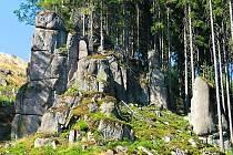 Mohutné špičaté skály se tyčí do výšky od tří do osmnácti metrů.