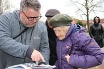 Iryna Shul se po 74 letech vrátila na místa, kde strávila nuceně rok života. Památník připomíná ženský pracovní tábor ve Svatavě.