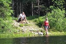 HORSKÁ PŘÍRODA láká k procházkám a odpočinku. Koupání v lesních jezírkách ale odborníci nedoporučují.