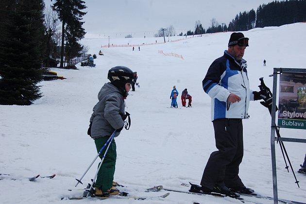 LYŽAŘI si o víkendu nenechali ujít lyžování ve skicentru Bublava. Na svazích tam stále leží dostatek sněhu.