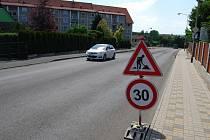 Nově se začala frézovat vozovka na křižovatce sokolovských ulic Boženy Němcové, Sokolovská, Slovenská.