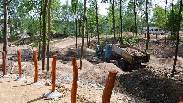 V areálu Bohemia vzniká trať pro horská kola, která bude sloužit jak  začínajícím, tak pokročilým jezdcům