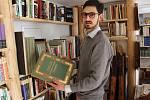 Knihkupec Daniel Čihák provozuje v dolní části náměstí Krále Jiřího z Poděbrad malý antikvariát. Na pár metrech čtverečních jsou tisíce knih.