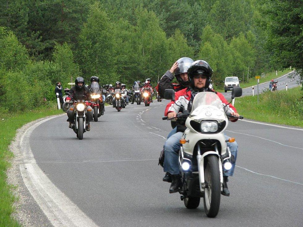 Spanilá jízda motorkářů.