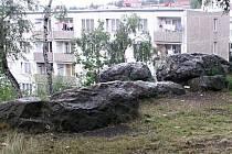 Vypreparovaný křemenný val eliptického půdorysu se nachází v Sokolově u sídliště Ovčárna.