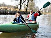 Jedni z dobrovolníků, kteří pomáhali čistit řeku.