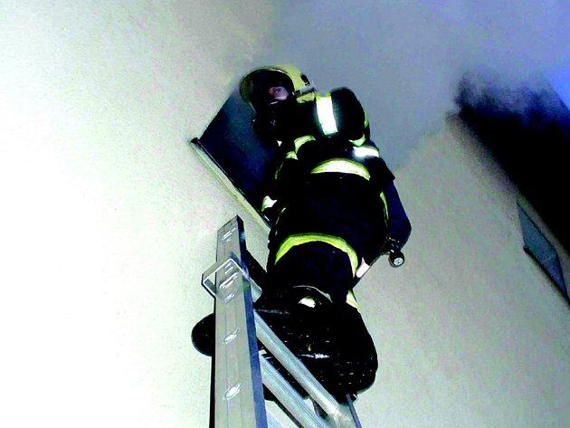 Likvidaci požáru bytu v Chodově komplikoval hustý dým.