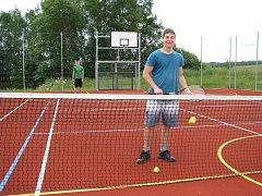 Lidé ve Staré Chodovské využívají moderní sportovní hřiště.