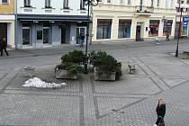 MĚSTO Sokolov přišlo s návrhem zavést v těchto místech 15 parkovacích míst. Podnikatelé ze Starého náměstí v Sokolově  však tvrdí, že to není řešení.