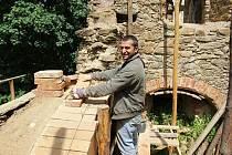 DOBROVOLNÍCI a lidé z úřadu práce pomáhají Hartenberg zkrášlit i opravit. Letos v červenci proběhne velká akce.