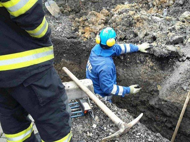 Při výkopových pracích začal unikat ve Starém Sedle plyn.