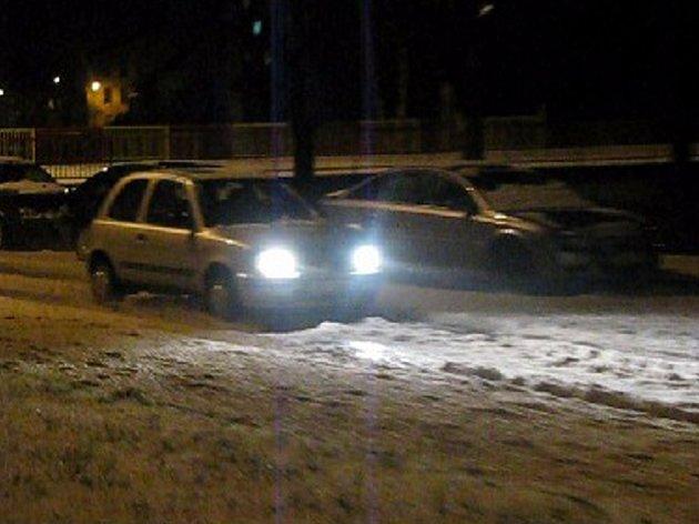 Vozidla se musela brodit záplavou ledových krup.
