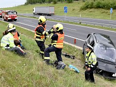 Záchranáři vyjeli k nehodě čtyř aut, havarovalo ale jen jedno. V něm cestovaly i děti, které pak hasiči vzali k sobě na základnu.