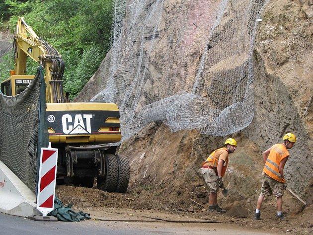 Pracovníci zajišťují skály lemující silnici kolem města Lokte.