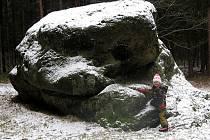 Jedno místečko ve zdejším lese zná snad každý Habartovák. Jedná se o takzvaný Velký kámen.