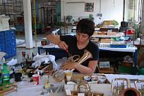 Výroba hudebních nástrojů v kraslickém podniku