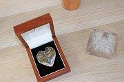 Pozůstalým páníčkům nabídnou i výrobu památečního skla a šperků s trochou popela.
