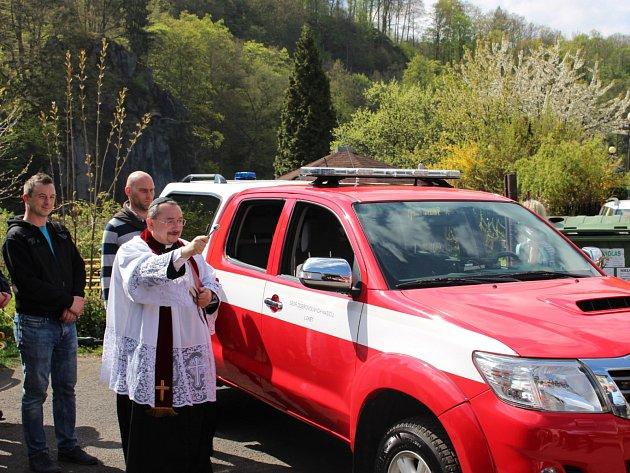 Na slavnostní požehnání nového vozu dorazila do loketské hasičárny řada hostů.