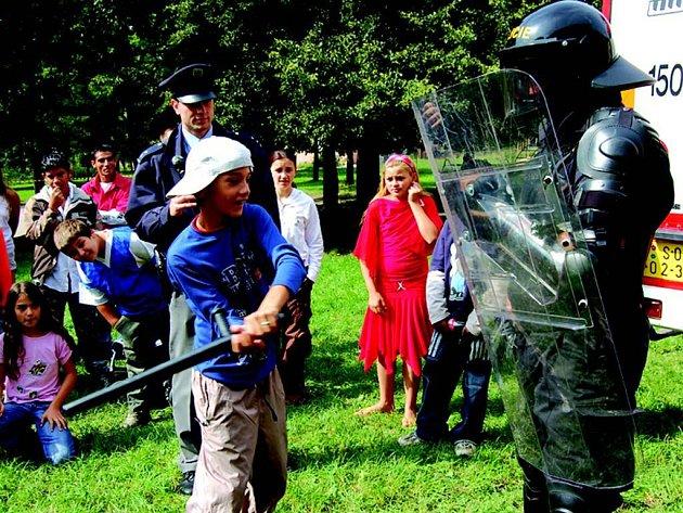 Den romských dětí s policí.