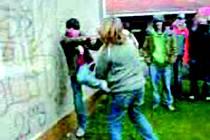 Záběr z videonahrávky rvačky žáků ze sokolovské školy.