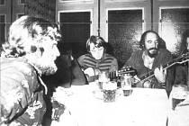Na dobovém snímku jsou u jednoho stolu Ladislav Nykl, vedoucí karlovarské kapely Pekelníci, vedle Vojta Kiďák Tomáško, vedoucí kapely Roháči Loket, a napravo Wabi Ryvola, vedoucí kapely Hoboes z Kladna.