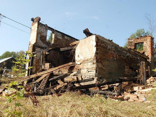 Z hořícího domu v Horním Slavkově zbyly jen trosky
