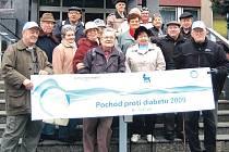 V pátek 13. listopadu se sešli před Městským úřadem v Sokolově účastníci Pochodu proti diabetu.