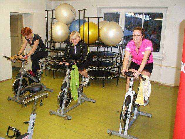 NEJŽÁDANĚJŠÍ službou se čím dál tím častěji stávají fitness programy, které zahrnují nejen spalování kalorií, ale také zpevnění svalstva v těle. Mezi takové služby patří i spinning.