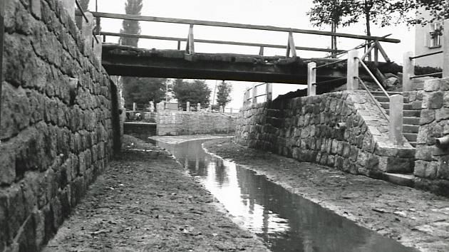 Dokončené koryto potoka v roce 1937.