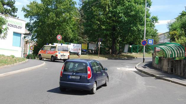 Vpravo zastávka MHD. Vlevo je vchod do nemocnice